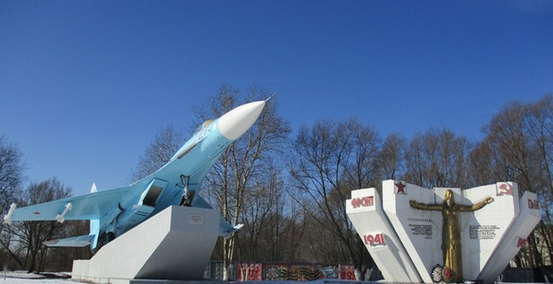 SU-27 at the entrance to Bogorodsk with the Monument to the Great Patriotic War